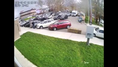 ВЮжно-Сахалинске мусорный бак въехал вприпаркованный автомобиль