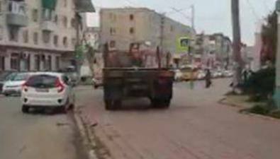 Водитель грузовика спешил ксветофору поплитке иудивил холмчан