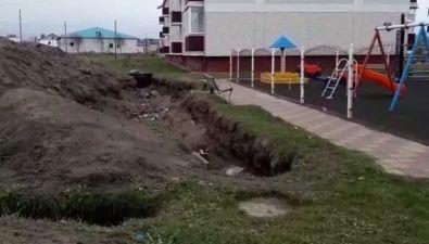 ВКрасногорске траншею возле детской площадки оградят лентой