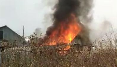 Наокраине Охи тушат пожар возле частного дома