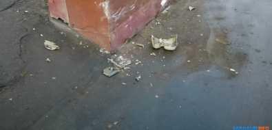ВХолмске водитель седана пытался побороть бетонное ограждение