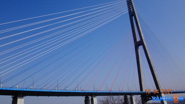 Русский мост. Русский мост — вантовый мост с самым длинным в мире наибольшим пролётом, построенный во Владивостоке через пролив Босфор Восточный, соединяет полуостров Назимова с мысом Новосильского на острове Русском.. Второй по высоте мост в мире, высота составляет 324 метра. Имеет самый большой в мире пролёт среди вантовых мостов, длиной 1104 метра  Просмотров: 32 Комментариев: 0