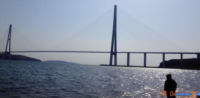 Русский мост. Русский мост — вантовый мост с самым длинным в мире наибольшим пролётом, построенный во Владивостоке через пролив Босфор Восточный, соединяет полуостров Назимова с мысом Новосильского на острове Русском.. Второй по высоте мост в мире, высота составляет 324 метра. Имеет самый большой в мире пролёт среди вантовых мостов, длиной 1104 метра  Просмотров: 34 Комментариев: 0