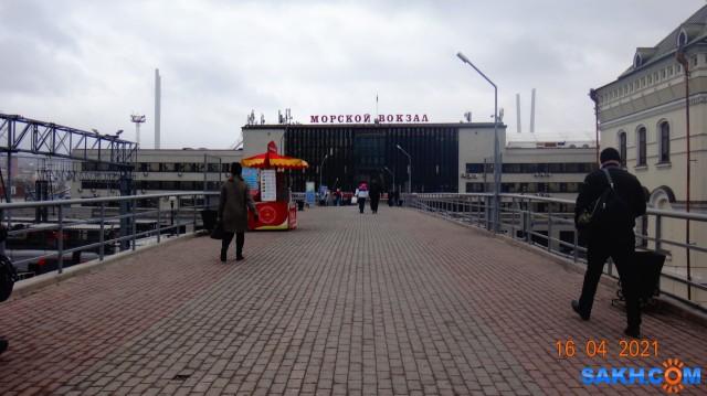 DSC00576 Морской вокзал расположен на берегу бухты Золотой Рог и представляет собой целый комплекс, включающий непосредственно здание вокзала, а также причальный участок порта и виадук, связывающий вокзал с Вокзальной площадью.  Просмотров: 47 Комментариев: 0
