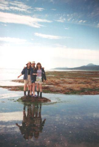 Девчонки на камне в отлив