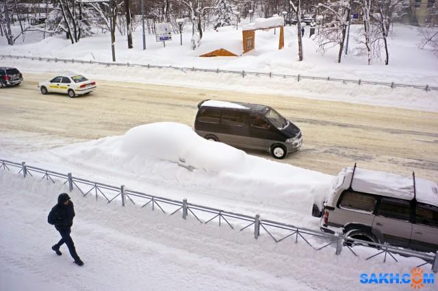 002-к Перекресток Мира-Сахалинской, три дня стоит автомобиль засыпанный снегом и создает  опасность для автомобилистов.  Просмотров: 537 Комментариев: 0