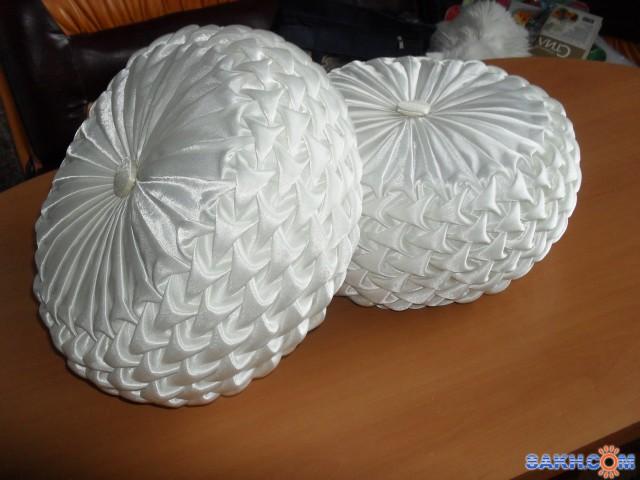 Круглая подушка, буфы-чешуя