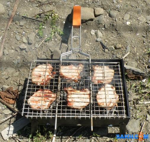 Свиная корейка с косточкой, жаренная на решетке, на мангале.  Просмотров: 192 Комментариев: 0