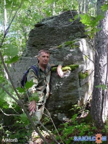 А я рядом, с камнем, внизу! Стоя, поклоняюсь ему! Руку осторожно, ложу! Может его природную силу и енергию, получу!  Фотограф: viktorb  Просмотров: 959 Комментариев: 0