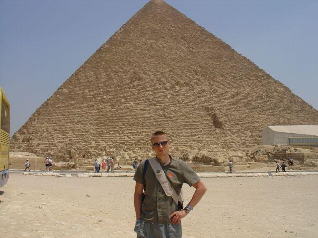 Пирамида Хеопса.  И только рядом с пирамидой понимаешь, что человек такую сам построить не мог. Ну очень, очень, очень большое сооружение.  Просмотров: 2823 Комментариев: 0