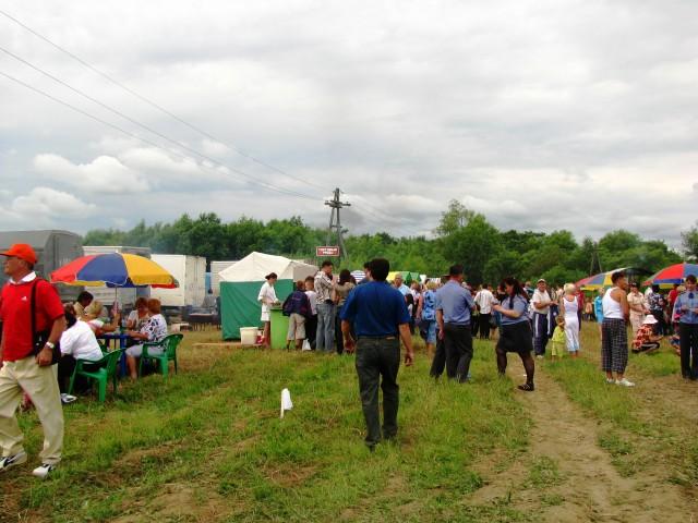 Ряды палаток готовы обеспечить всех шашлыками... Фотограф: vikirin  Просмотров: 3913 Комментариев: 0