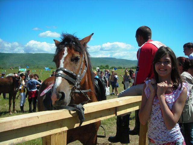 """Общение с лошадью-это лучше всех наград,местная детвора оборвала клевер вокруг """"кормить лошадку"""" Фотограф: vikirin  Просмотров: 1300 Комментариев: 0"""