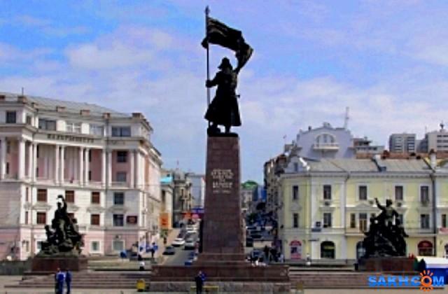 """За власть советов! Памятник борцам за власть Советов во Владивостоке – это многофигурная композиция из бронзы, состоящая из трех монументов. Центральная, осевая скульптура красноармейца-трубача, возвышается над площадью на 30 м, по обеим сторонам от нее расположены скульптурные группы: правая – партизанам, сражавшимся в 1922 году, левая посвящена революционным событиям 1917 года. На фасаде главного постамента высечены слова: """"Борцам за власть Советов на Дальнем Востоке. 1917-1922 гг."""". На противоположной грани постамента насечены слова из Дальневосточной песни: """"Этих дней не смолкнет слава, не померкнет никогда! Партизанские отряды занимали города"""".  Просмотров: 48 Комментариев: 0"""