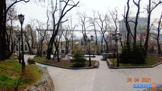 Адмиральский сквер в центре города. Вид на Золотой мост.  Просмотров: 46 Комментариев: 0