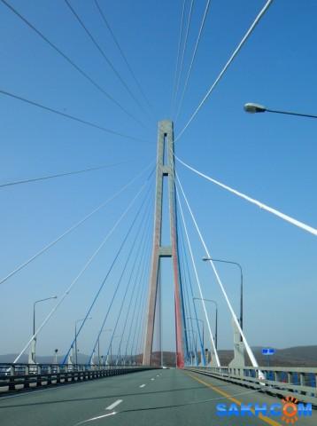 Русский мост. Русский мост — вантовый мост с самым длинным в мире наибольшим пролётом, построенный во Владивостоке через пролив Босфор Восточный, соединяет полуостров Назимова с мысом Новосильского на острове Русском.. Второй по высоте мост в мире, высота составляет 324 метра. Имеет самый большой в мире пролёт среди вантовых мостов, длиной 1104 метра  Просмотров: 31 Комментариев: 0