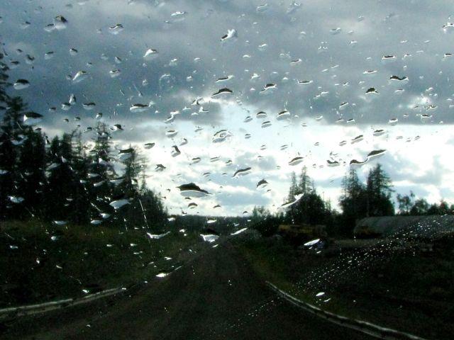 Дождь лупит по стеклу