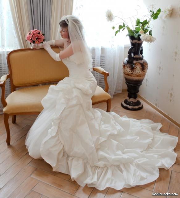 Продается испанское свадебное платье р.42-46,фасон рыбка со шлейфом,шлейф можно постегивать+отдам кольца под платье,перчатки,белые новые колготки