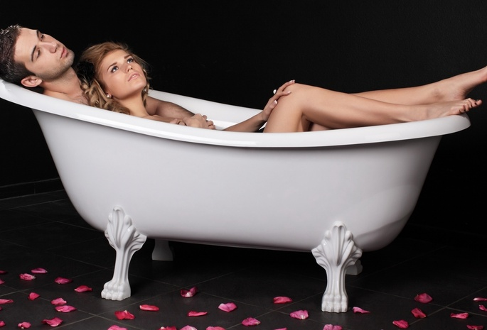 Молодая пара принимает душ и трахается на кровати  711286