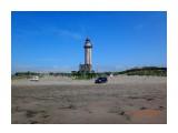 """Маяк Слепиковского. Маяк построили японцы, когда южная часть Сахалина была префектурой Карафуто.  Назывался маяк «Оторо Мисаки» - последний из """"японских могикан"""" построенных на острове. Маяк – это типовая монолитная железобетонная коническая башня высотой 22,8 м.. Диаметр башни внизу 5,0 м и вверху под галереей – 4,5 м. Интересно устроена световая система маяка. С линзами Френеля и точечным источником света. Высота башни с фонарным сооружением 26,5 м. Дальность действия светового маяка 18,5 морских мили или около 34 км. Количество ступенек винтовой  железобетонной лестницы внутри – больше сотни. Толщина стен башни внизу 80 см, вверху – 55 см. Диаметр внутреннего помещения башни по всей высоте 3,40 м. Имеет ряд подсобных сооружений, соединенных крытыми ходами для полностью автономного проживания. Питается от государственной сети и собственных дизель-генераторов-основного и аварийного вполне достаточно для бесперебойной работы маяка. Раньше был оборудован жилыми помещениями из нескольких домов соединенных системой крытых коридоров. И самое печальное – море всё больше размывает берег, вплотную подбираясь к маяку.  Просмотров: 191 Комментариев:"""