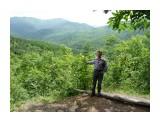 Бревнышко, небольшое деревцо с шариками на ветках и Человек на фоне Долины, это я! Фотограф: viktorb  Просмотров: 931 Комментариев: 0