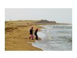 Тёплый день, дети играют с волной. Фотограф: фотохроник  Просмотров: 1613 Комментариев: 0