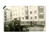 Черёмушки, у клуба туристов... Владлен Донов, обучение тонкостям фотосъёмки...начало 60-х годов прошлого века.  Просмотров: 389 Комментариев: 0