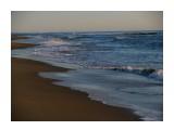 Утром свежие волны набегают на берег